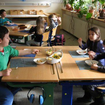 """Gesund """"isst"""" bunt – Klasse 1 macht Obstsalat"""